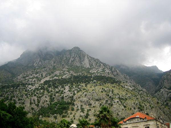 Горная вершина в облаках / Фото из Черногории