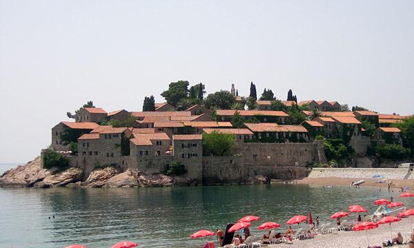 Остров-отель из 80 домиков / Фото из Черногории