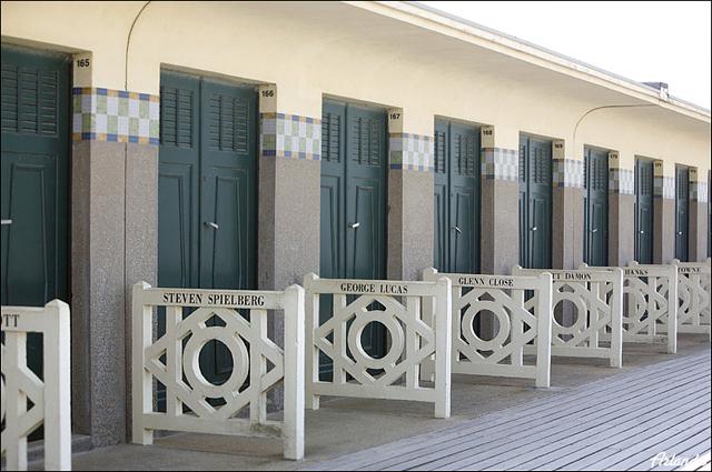 Кабинки раздевалок на пляже / Фото из Франции