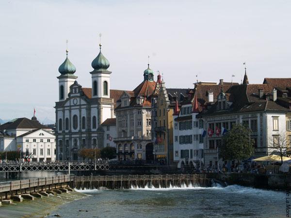 Плотина в центре города очень оживляет вид / Фото из Швейцарии
