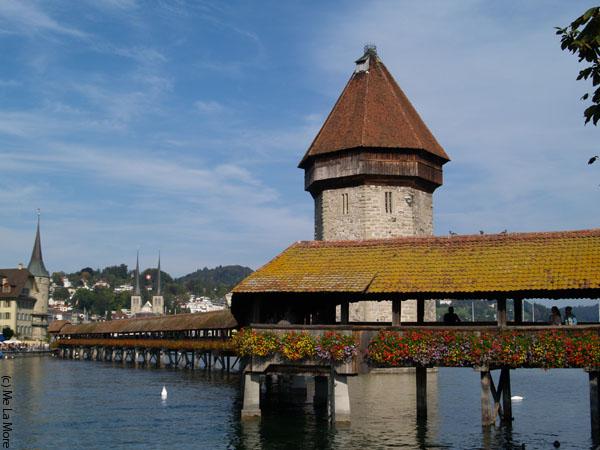 Деревянный мост - главная достопримечательность Люцерна / Фото из Швейцарии