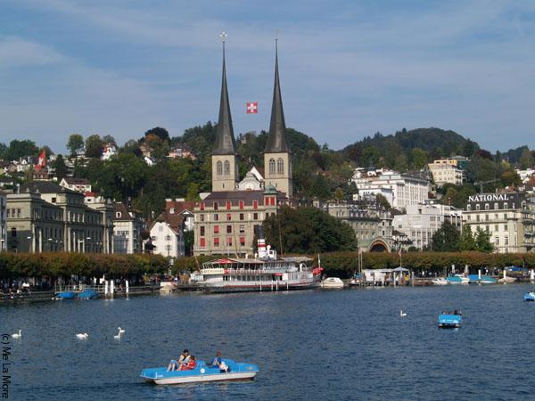 На озере хорошо всем - и кораблям, и маленьким катамаранам / Фото из Швейцарии