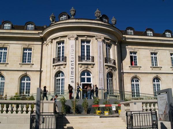 Вход в музей Alimentarium - бывшую резиденцию Nestle / Фото из Швейцарии