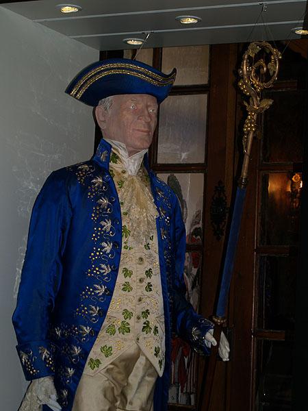 Дворянский костюм с виноградными декоративными элементами / Фото из Швейцарии