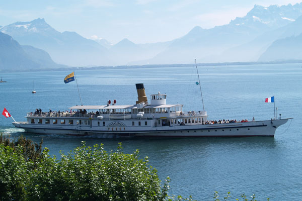 Кораблик Vevey плавает от Монтре до Лозанны / Фото из Швейцарии