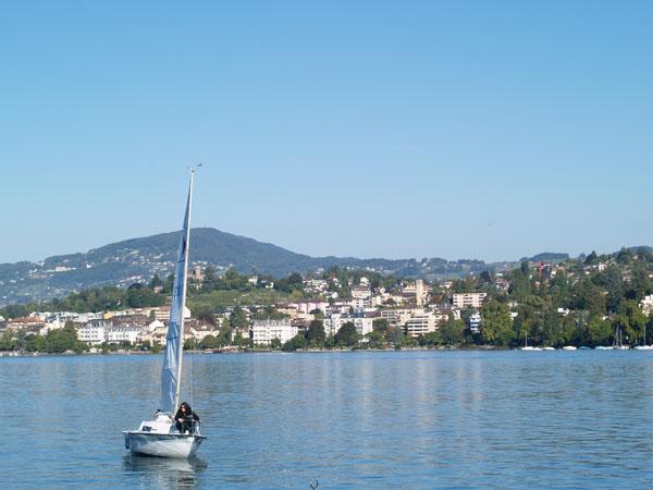 Скромная яхточка возле берегов шикарного региона Монтре - Веве / Фото из Швейцарии