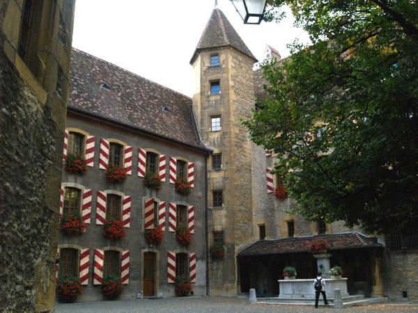 Красочный внутренний двор старого замка / Фото из Швейцарии