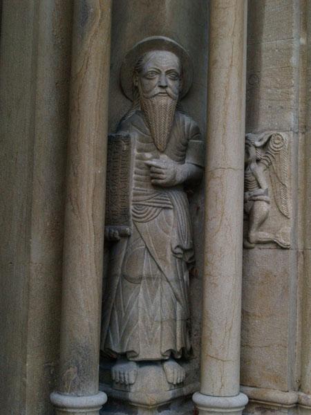 Скульптура в стенах церкви / Фото из Швейцарии