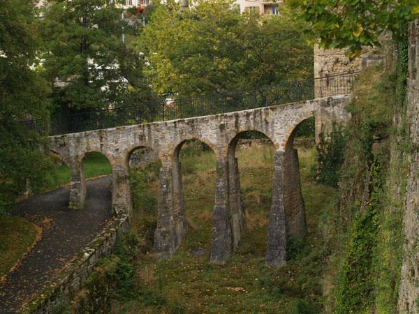 Узкий мост - вход в крепость / Фото из Швейцарии