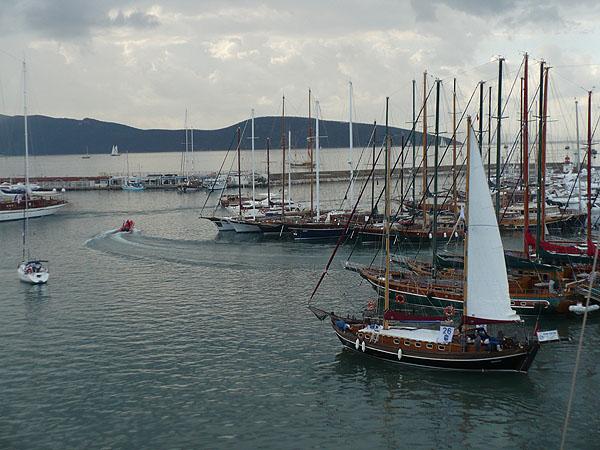 Лодки выходят из марины в море / Фото из Турции