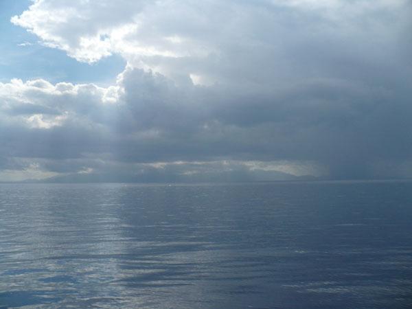 Греческий берег в тумане дождя / Фото из Турции