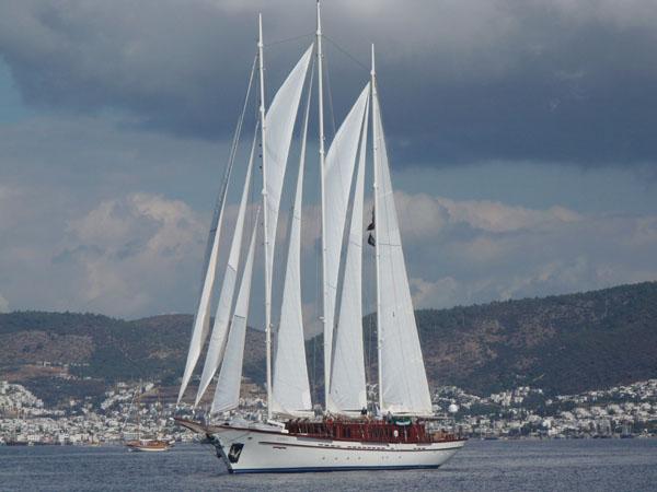 Самая большая яхта регаты / Фото из Турции
