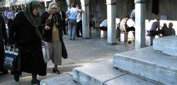 омовение ног у входа в мечеть / Турция