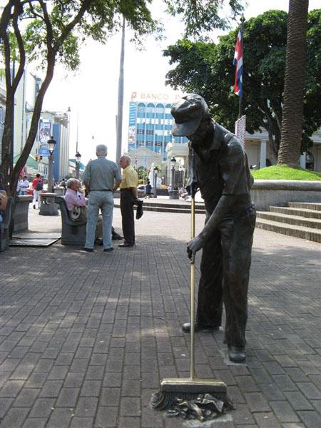 Памятник на столичной улице / Фото из Коста-Рики