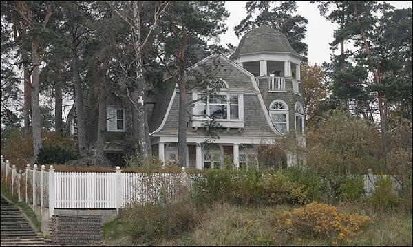 Дом за низким забором фото из латвии
