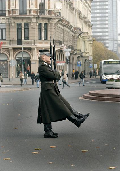 Смена почетного караула / Фото из Латвии
