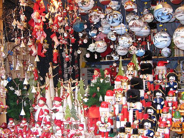 Щелкунчики и елочные шары / Фото из Германии