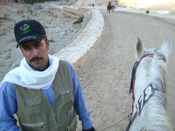 Местные жители и лошади уже ждут туристов / Фото из Иордании