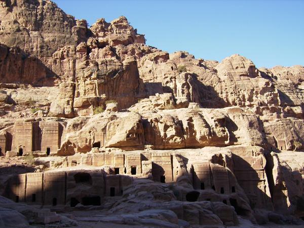 Здания, высеченные в скалах Петры / Фото из Иордании