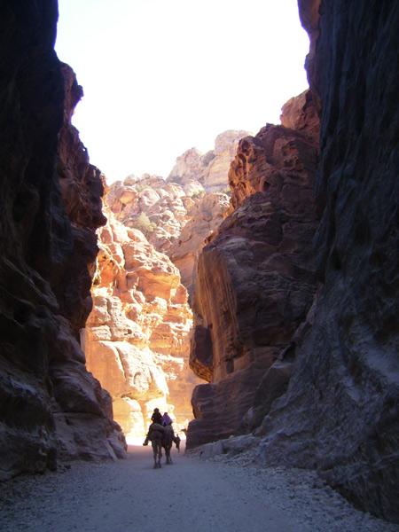 Дороги проходят через скалы / Фото из Иордании