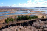 Здесь соединяются две тектонические плиты: Америка - Евразия / Исландия