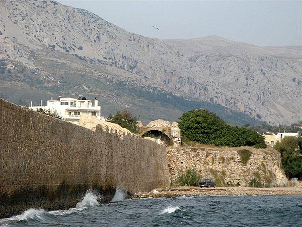 Старинных зданий в городе Хиос почти не сохранилось... / Фото из Греции