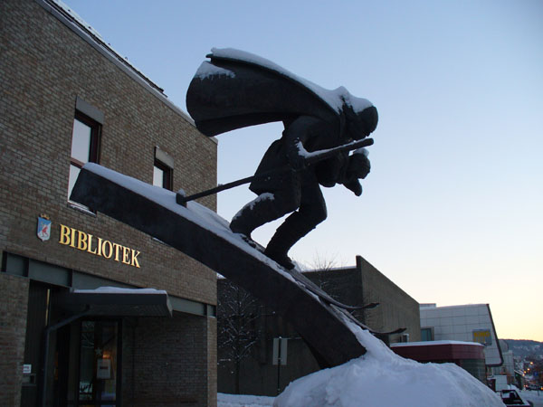 Памятник у городской библиотеки / Фото из Норвегии