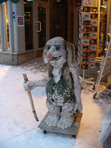 У входа в магазин сувениров / Фото из Норвегии