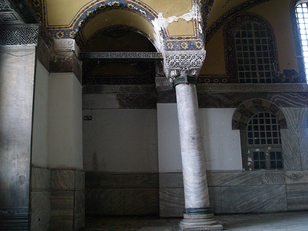 Неровные углы, стены и колонны Святой Софии / Фото из Турции