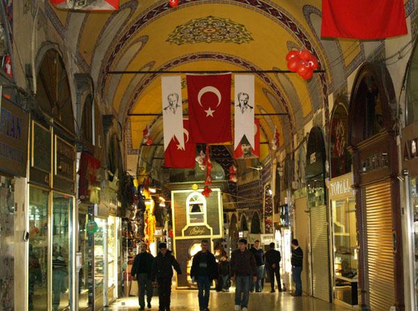 Гранд-Базар - с турецкими флагами и портретами Ататюрка / Фото из Турции