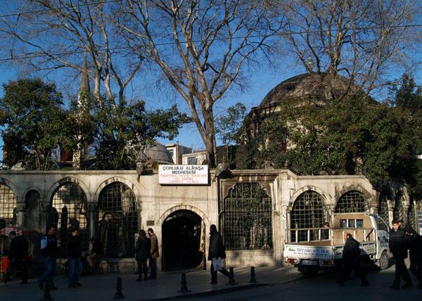 Мечеть, кладбище и вход в чайхану Mystic Water Pipe / Фото из Турции