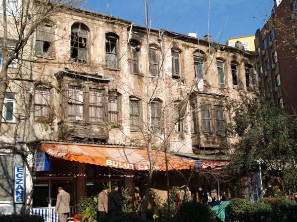 Кафе в разваливающемся доме / Фото из Турции
