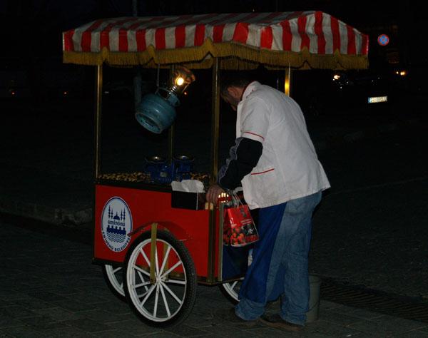 Торговец жареными каштанами / Фото из Турции