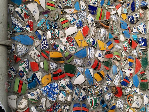 Стена из битой сувенирной керамики / Фото из Турции