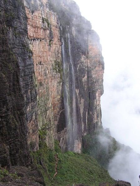 Тропа на плато Рорайма проходит через водопады / Фото из Венесуэлы