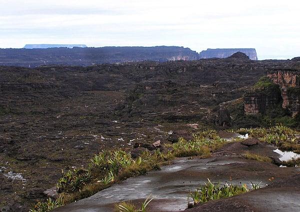 Черная поверхность плато Рорайма / Фото из Венесуэлы