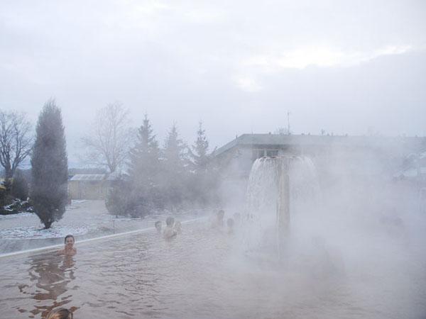 Над термальной водой постоянно поднимается пар / Фото из Словакии