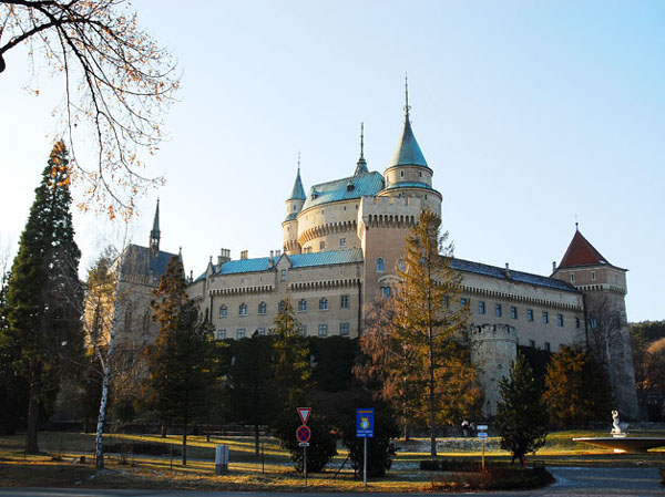 Бойницкий замок и пустая парковка перед ним / Фото из Словакии