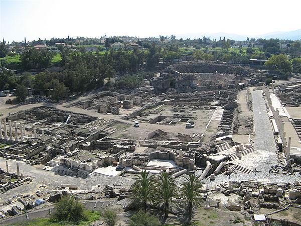 Все, что осталось от древних построек... / Фото из Израиля
