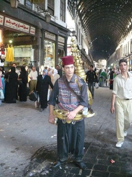 Водонос на Дамасском рынке / Фото из Сирии
