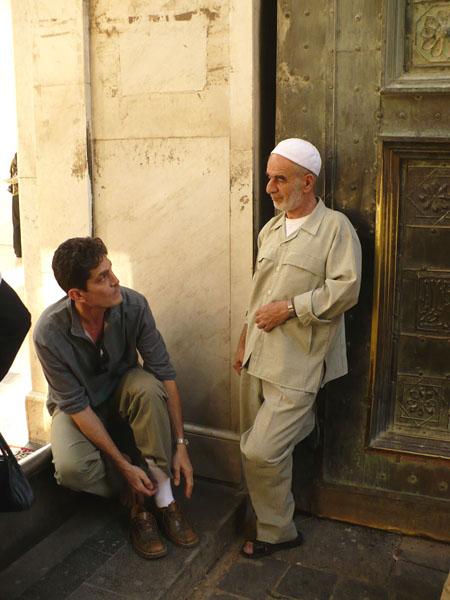 У входа в мечеть / Фото из Сирии