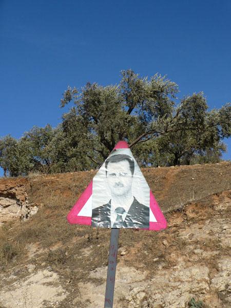 "Знак ""Осторожно, президент"" / Фото из Сирии"
