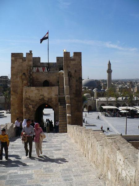 Алеппо, вход в цитадель / Фото из Сирии
