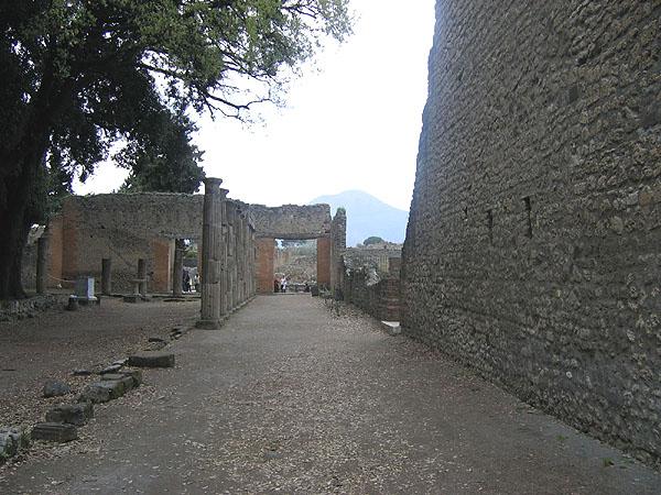 Улочка возле форума / Фото из Италии