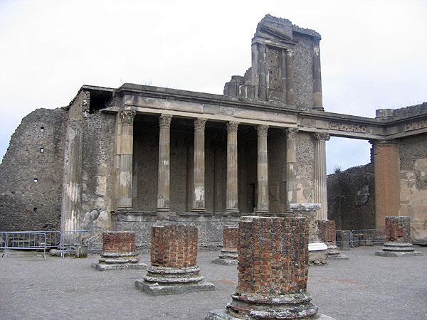 Развалины Веспасианского храма / Фото из Италии