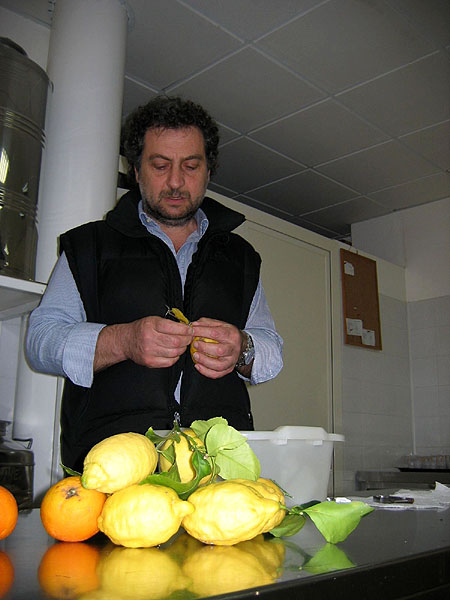 Дон Сальваторе за работой / Фото из Италии