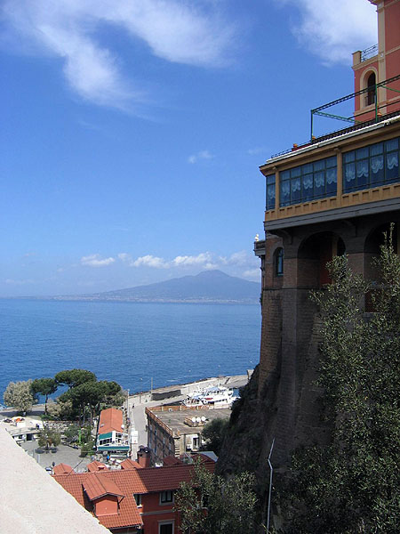 Вид на Неаполитанский залив со скал Сорренто / Фото из Италии