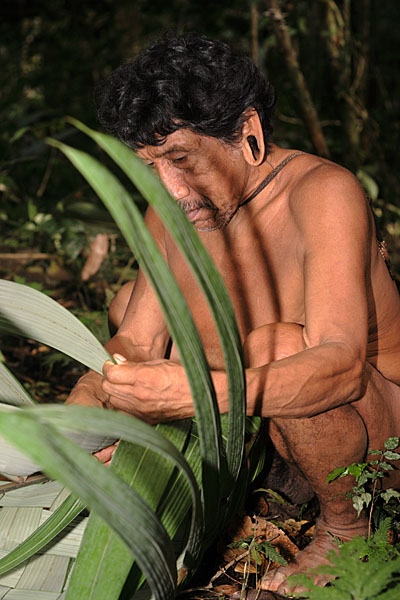 ...и делает сумку из листа пальмы - такая сумочка легко держит 25 килограммов / Фото из Эквадора