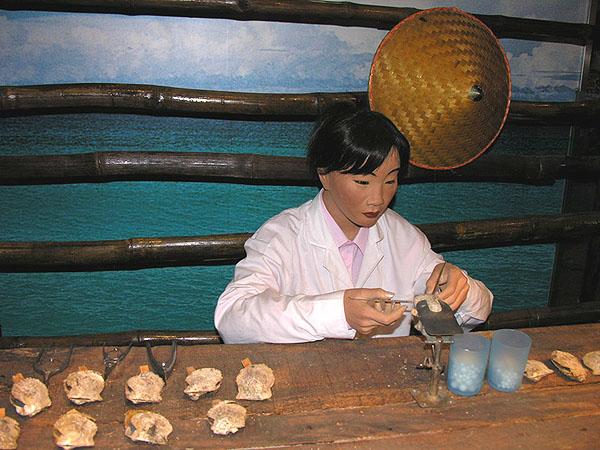 Уроки жемчужного ремесла на фабрике жемчуга / Фото из Китая