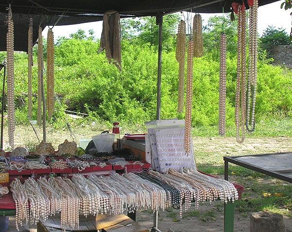 Лавочка с украшениями из китайского жемчуга, Хайнань / Фото из Китая